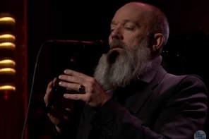 Michael Stipe sort de sa retraite et chante Bowie