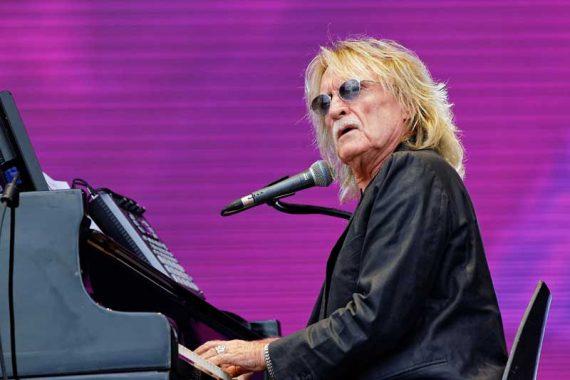Christophe en concert sur la scène Glenmor lors du festival des Vieilles Charrues 2014